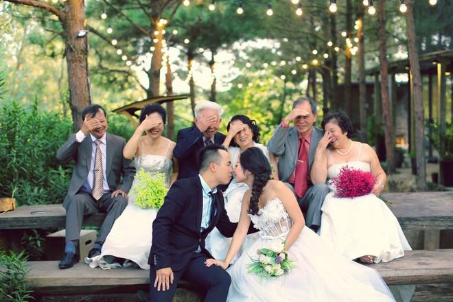 """Cả Hà Nội mới có một gia đình """"yêu tận tim"""": Ông bà, thông gia cưới cùng cô dâu, chú rể vui như thế này! - Ảnh 1."""