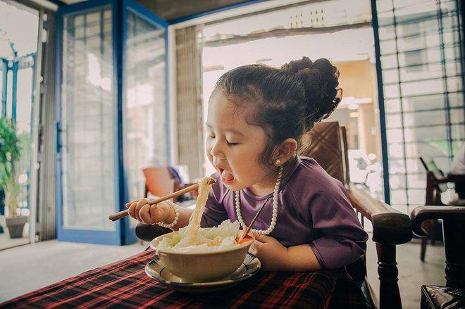 Đây chính là cô Ba Sài Gòn phiên bản 2,5 tuổi cưng hết sảy khiến dân mạng phát cuồng - Ảnh 6.