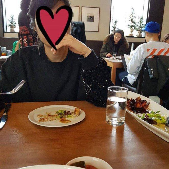 Ông xã Jun Ji Hyun gây chú ý khi diện đồ xì tin đưa vợ bầu đi ăn nhà hàng - Ảnh 2.