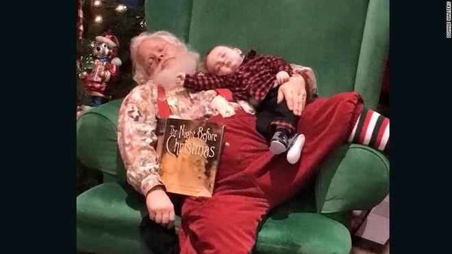 """Những khoảnh khắc """"cười ra nước mắt""""  vì không phải bé nào cũng thích Noel như cha mẹ vẫn nghĩ - Ảnh 10."""