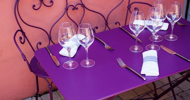 Học cách sử dụng những bộ bàn ghế cổ điển của người Pháp để ngôi nhà thật lãng mạn và quyến rũ - Ảnh 12.