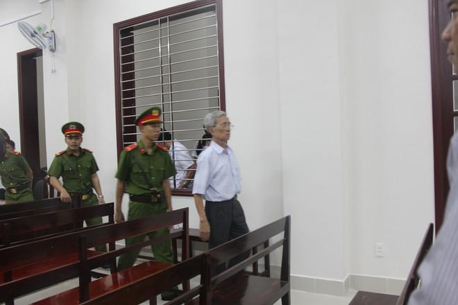 Vụ dâm ô Vũng Tàu: Nhận mức án 3 năm tù giam, bị cáo Nguyễn Khắc Thủy lớn tiếng trước tòa, một mực kêu oan - Ảnh 4.