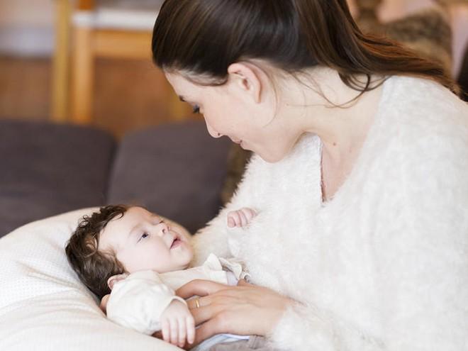 Mẹ nào đang áp dụng lịch trình ăn - chơi - ngủ cho trẻ sơ sinh bú mẹ thì cần suy nghĩ lại ngay - Ảnh 1.