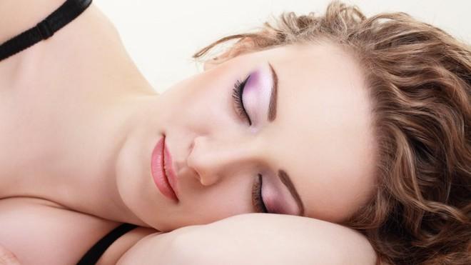 Điều gì thực sự xảy ra với da mặt khi bạn đi ngủ không tẩy trang - Ảnh 2.
