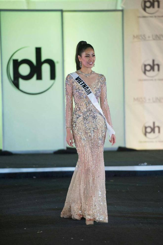 Nguyễn Thị Loan khoe đường cơ bụng khiến các thí sinh Âu Mỹ phải chạy dài trong đêm sơ kết Miss Universe 2017 - Ảnh 8.