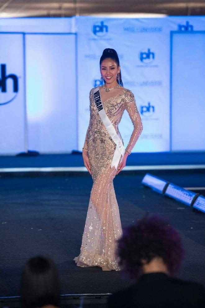 Nguyễn Thị Loan khoe đường cơ bụng khiến các thí sinh Âu Mỹ phải chạy dài trong đêm sơ kết Miss Universe 2017 - Ảnh 7.