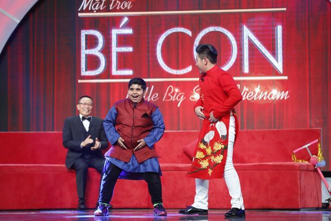 Lại Văn Sâm khen lấy khen để cậu bé Ấn Độ nhảy múa, diễn trò cực vui nhộn  - Ảnh 4.