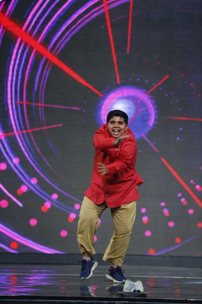 Lại Văn Sâm khen lấy khen để cậu bé Ấn Độ nhảy múa, diễn trò cực vui nhộn  - Ảnh 5.