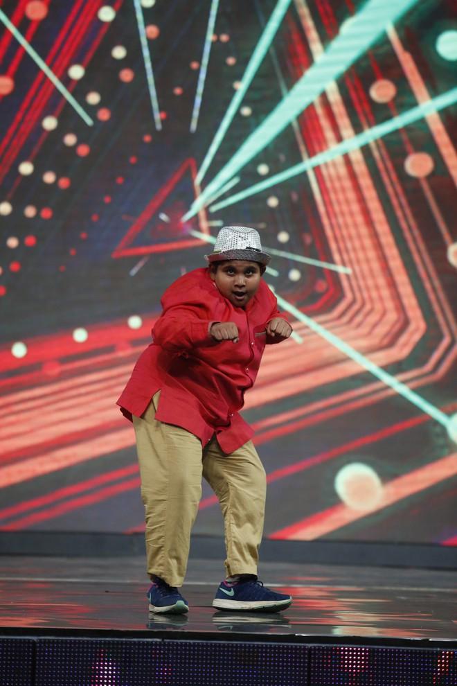 Lại Văn Sâm khen lấy khen để cậu bé Ấn Độ nhảy múa, diễn trò cực vui nhộn  - Ảnh 6.