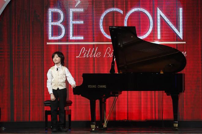 Cậu bé 8 tuổi đến từ nước Anh gây sửng sốt khi vừa đánh piano vừa bịt mắt - Ảnh 3.