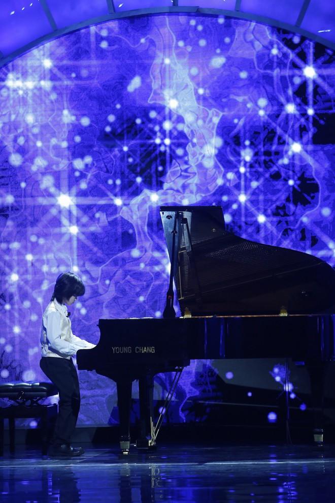 Cậu bé 8 tuổi đến từ nước Anh gây sửng sốt khi vừa đánh piano vừa bịt mắt - Ảnh 4.