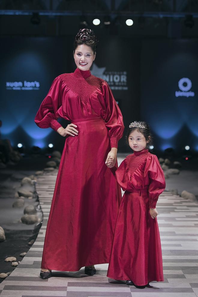 Hoa hậu Hương Giang, Trương Quỳnh Anh nắm tay con sải bước trên sàn catwalk ngày thứ 2 Tuần lễ Thời trang Thiếu nhi - Ảnh 10.