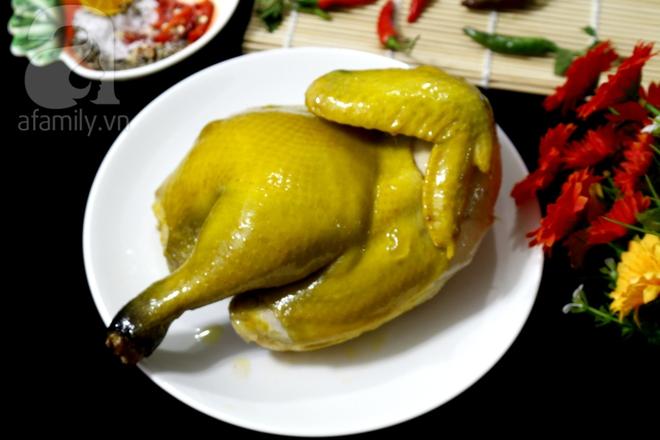 Muốn có món gà hấp muối ngon da vàng óng, bạn chỉ cần làm theo cách này thôi - Ảnh 5.