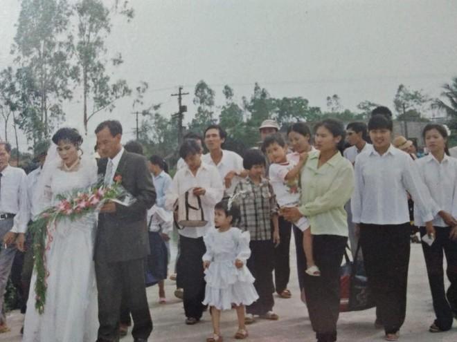 Đám cưới chất chơi thời bố mẹ anh thập niên 90: Pháo nổ râm ran, cả làng chạy theo cô dâu chú rể - Ảnh 32.