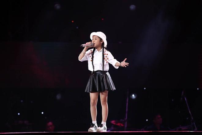 Bé gái biết nói giọng 3 miền, thả thính HLV Giọng hát Việt nhí khiến khán giả phát cuồng - Ảnh 22.