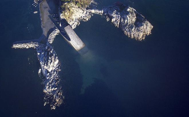 Cứ ngỡ tảng đá khổng lồ nổi trên mặt nước, tới gần ai cũng phải thốt lên kinh ngạc - Ảnh 6.