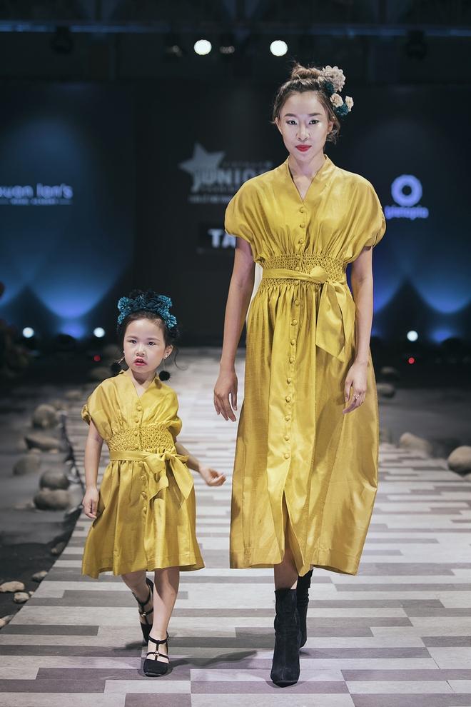 Hoa hậu Hương Giang, Trương Quỳnh Anh nắm tay con sải bước trên sàn catwalk ngày thứ 2 Tuần lễ Thời trang Thiếu nhi - Ảnh 14.