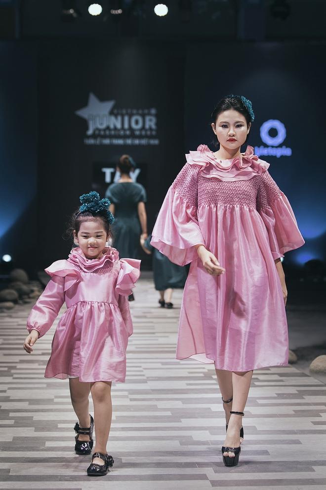 Hoa hậu Hương Giang, Trương Quỳnh Anh nắm tay con sải bước trên sàn catwalk ngày thứ 2 Tuần lễ Thời trang Thiếu nhi - Ảnh 15.
