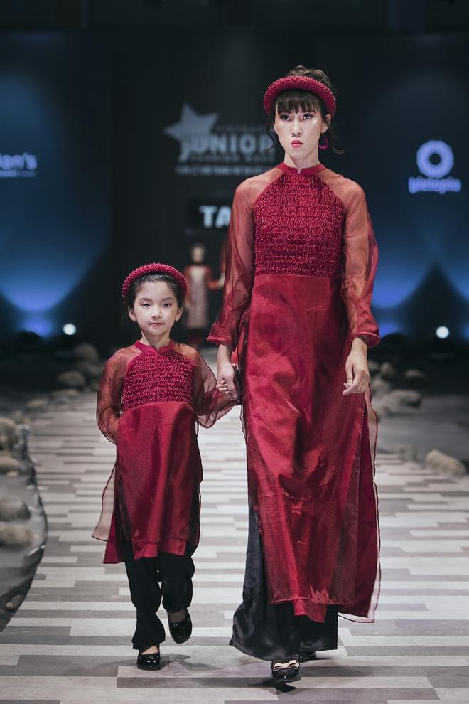 Hoa hậu Hương Giang, Trương Quỳnh Anh nắm tay con sải bước trên sàn catwalk ngày thứ 2 Tuần lễ Thời trang Thiếu nhi - Ảnh 16.