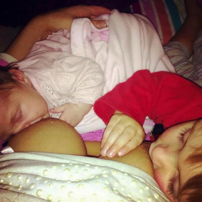 Người mẹ bị chỉ trích vì vẫn để con 4 tuổi bú sữa mẹ và màn đáp trả khiến dân mạng hả hê - Ảnh 4.