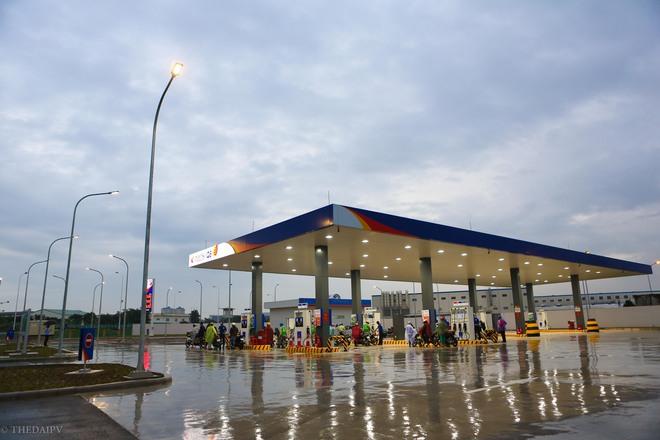 Hà Nội: Hình ảnh Tổng giám đốc cây xăng Nhật cúi chào, điều hướng phương tiện mua xăng nhiều giờ dưới mưa gây bão mạng - Ảnh 3.