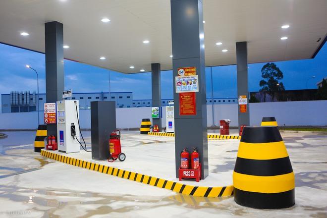 Hà Nội: Hình ảnh Tổng giám đốc cây xăng Nhật cúi chào, điều hướng phương tiện mua xăng nhiều giờ dưới mưa gây bão mạng - Ảnh 6.