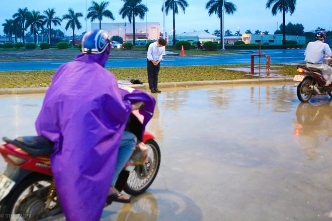 Hà Nội: Hình ảnh Tổng giám đốc cây xăng Nhật cúi chào, điều hướng phương tiện mua xăng nhiều giờ dưới mưa gây bão mạng - Ảnh 2.