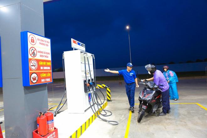 Hà Nội: Hình ảnh Tổng giám đốc cây xăng Nhật cúi chào, điều hướng phương tiện mua xăng nhiều giờ dưới mưa gây bão mạng - Ảnh 8.
