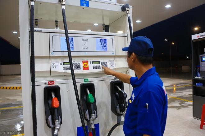Hà Nội: Hình ảnh Tổng giám đốc cây xăng Nhật cúi chào, điều hướng phương tiện mua xăng nhiều giờ dưới mưa gây bão mạng - Ảnh 7.
