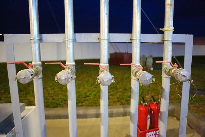 Hà Nội: Hình ảnh Tổng giám đốc cây xăng Nhật cúi chào, điều hướng phương tiện mua xăng nhiều giờ dưới mưa gây bão mạng - Ảnh 5.