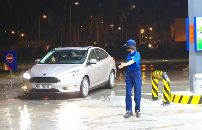 Hà Nội: Hình ảnh Tổng giám đốc cây xăng Nhật cúi chào, điều hướng phương tiện mua xăng nhiều giờ dưới mưa gây bão mạng - Ảnh 11.