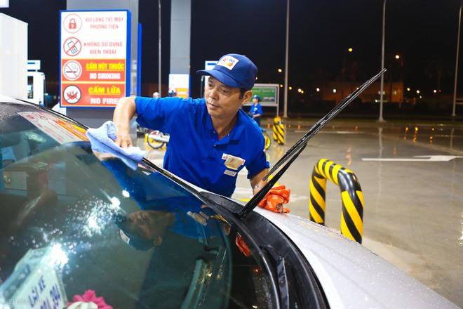 Hà Nội: Hình ảnh Tổng giám đốc cây xăng Nhật cúi chào, điều hướng phương tiện mua xăng nhiều giờ dưới mưa gây bão mạng - Ảnh 10.