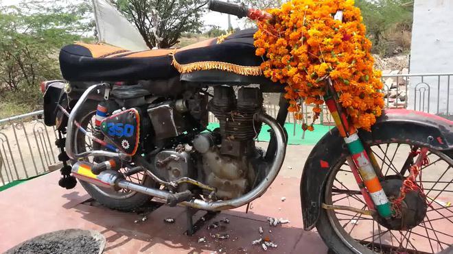 Chiếc xe mô tô thần thánh: mỗi năm có hàng nghìn người kéo đến thờ phụng - Ảnh 1.