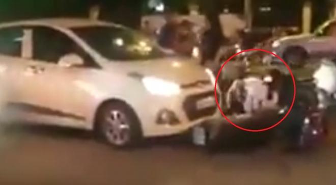 Va chạm giao thông, người đàn ông dùng chân đạp thẳng mặt người phụ nữ - Ảnh 2.