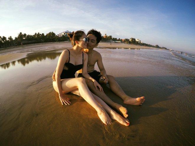 Khánh Thi và chồng kém 12 tuổi khoe ảnh hôn nhau đắm đuối ở bể bơi - Ảnh 2.