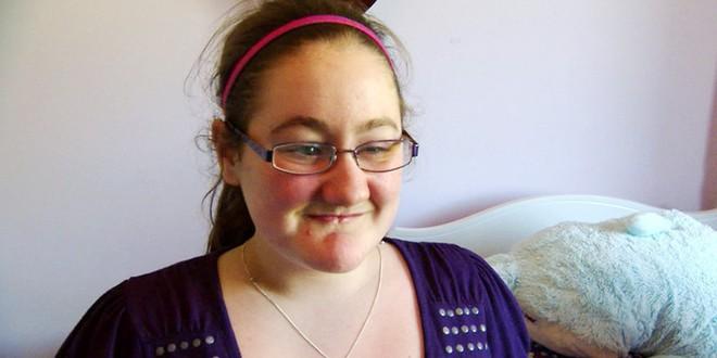 Nhai lưỡi và tự cào mù cả mắt, cuộc sống đầy rẫy hiểm họa với bé gái bị mắc phải bệnh hiếm - Ảnh 7.