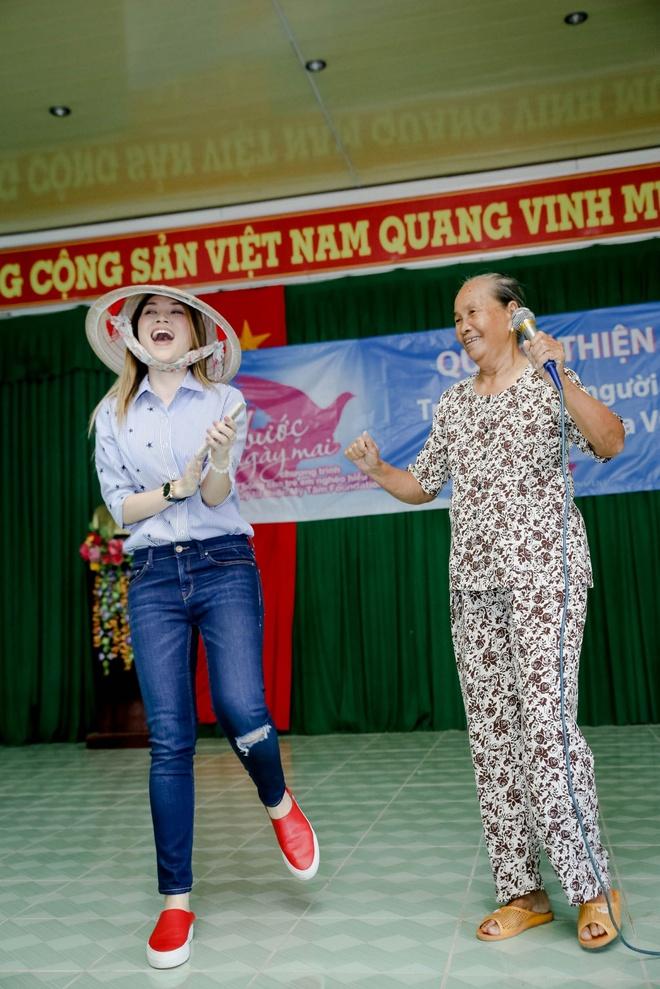Mỹ Tâm lại khiến fan xao xuyến khi nhường sân khấu và nhiệt tình múa phụ hoạ cho cụ bà hát - Ảnh 3.