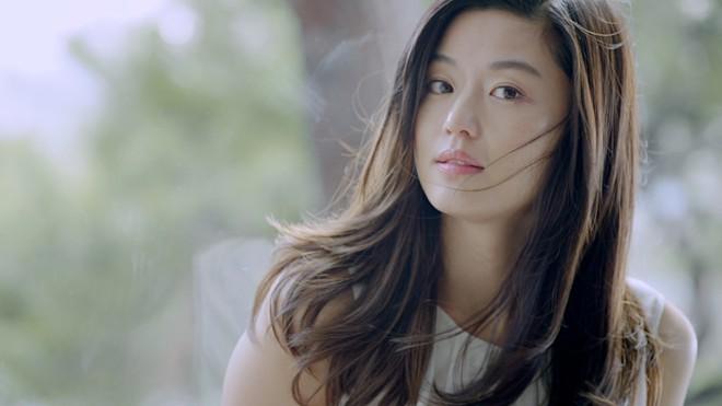 """15 năm qua, những bí quyết này đã giúp """"cô nàng ngổ ngáo"""" Jun Ji Hyun chỉ mãi đẹp lên chứ chẳng hề già đi - Ảnh 1."""