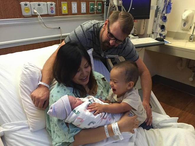 Ăn theo chế độ bà bầu sau 2 lần sinh nở của vợ, ông bố tự hào khoe ảnh bụng 6 múi hóa bụng mỡ - Ảnh 2.