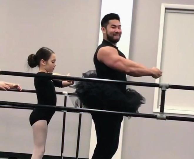 """Ông bố cơ bắp gốc Việt trở thành """"nam thần"""" của các mẹ khi mặc váy xòe múa ballet cùng con gái - Ảnh 4."""
