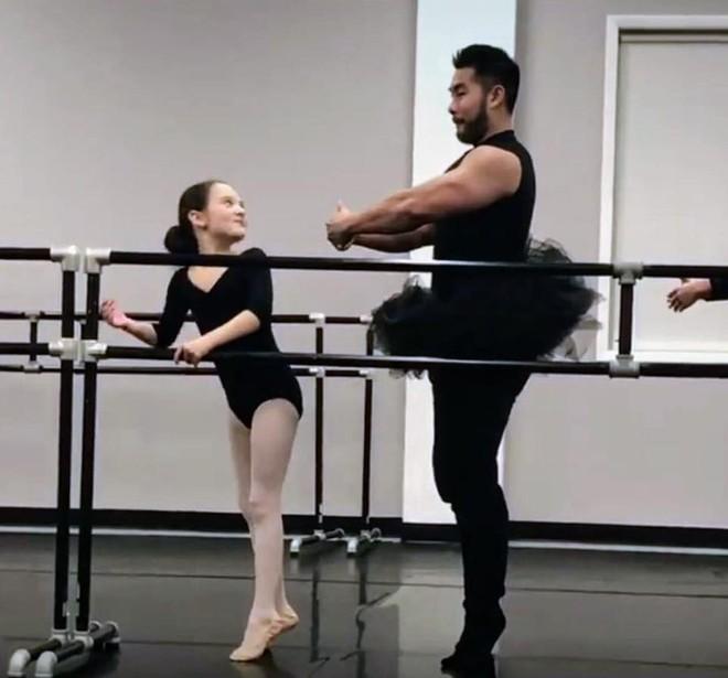 """Ông bố cơ bắp gốc Việt trở thành """"nam thần"""" của các mẹ khi mặc váy xòe múa ballet cùng con gái - Ảnh 3."""