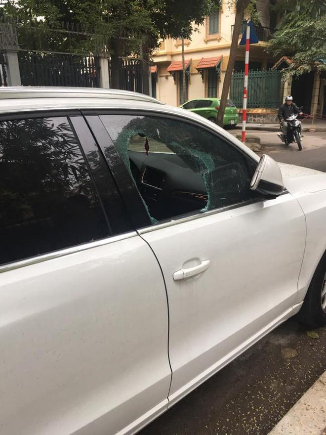 Clip: Tên trộm liều lĩnh phá cửa kính ô tô, trộm túi xách trong chớp mắt giữa phố Hà Nội - Ảnh 2.
