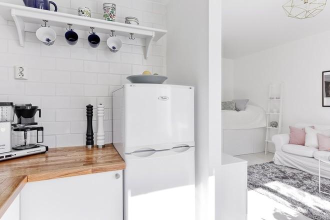Chỉ 28m² nhưng căn hộ màu trắng này vừa đẹp không tì vết vừa đủ đầy đến hiếm có khó tìm - Ảnh 8.