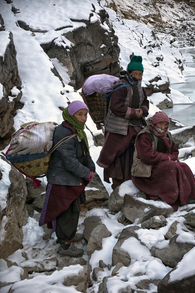 Cuộc sinh nở gian nan của những phụ nữ phải đi bộ suốt 9 ngày trời, qua 72 km trong thời tiết -35 độ C mới đến trạm xá - Ảnh 4.