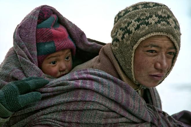 Cuộc sinh nở gian nan của những phụ nữ phải đi bộ suốt 9 ngày trời, qua 72 km trong thời tiết -35 độ C mới đến trạm xá - Ảnh 1.