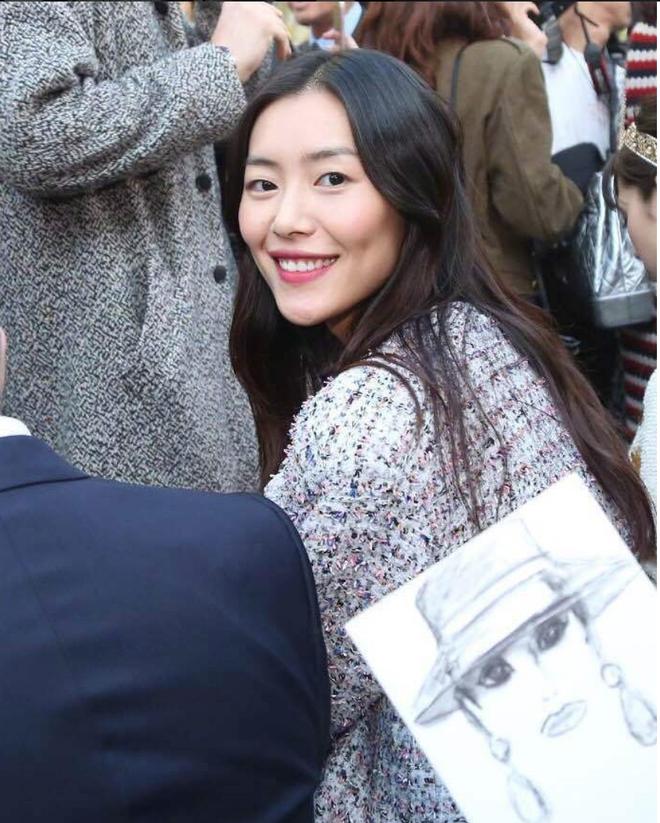 Liu Wen diện đồ chất hơn hẳn Park Shin Hye tại show Chanel Xuân/Hè 2018 - Ảnh 6.