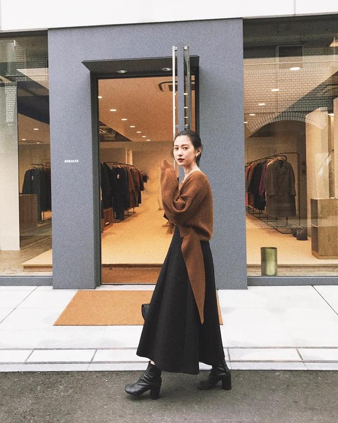 Cuối tháng 10, street style của phái đẹp châu Á ngày càng kín đáo và thu hút hơn - Ảnh 8.