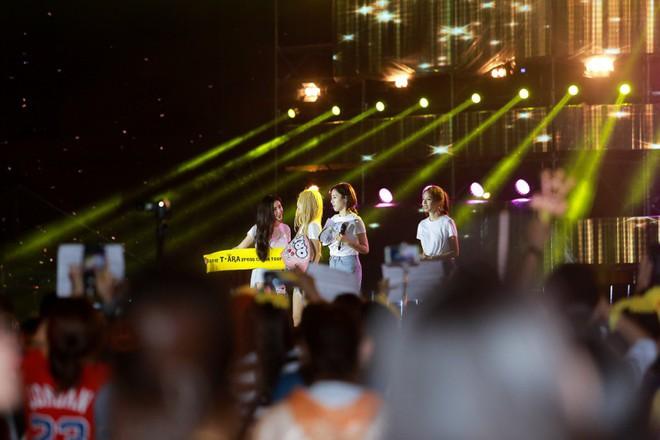 Fan Việt đội mưa hơn 5 tiếng chờ xem concert T-ara tại Việt Nam - Ảnh 20.