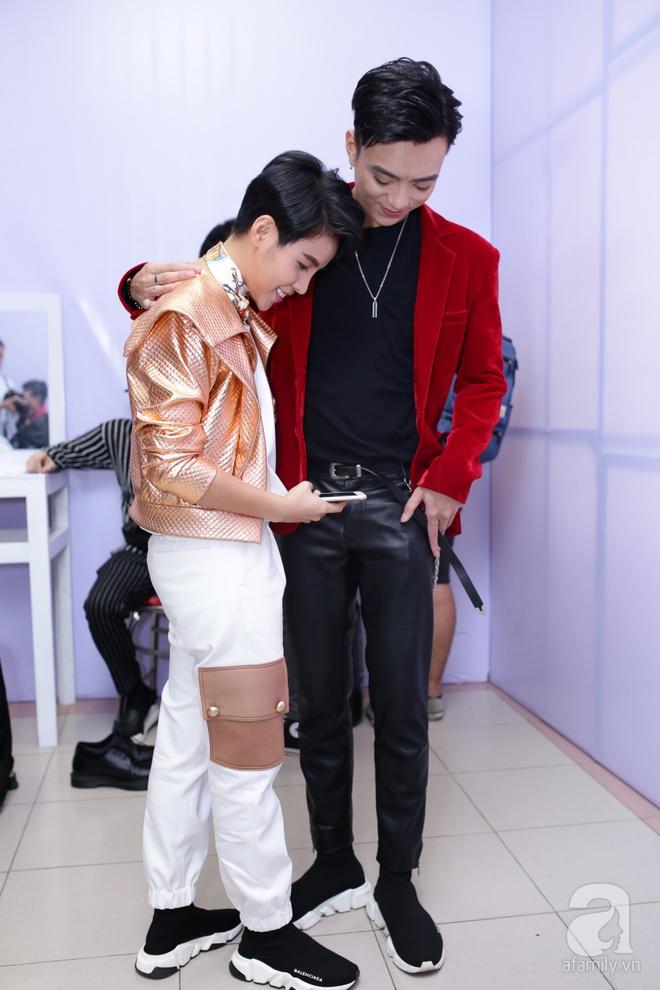 Soobin Hoàng Sơn, Vũ Cát Tường cười toe toét khi đụng hàng giày hàng hiệu - Ảnh 3.