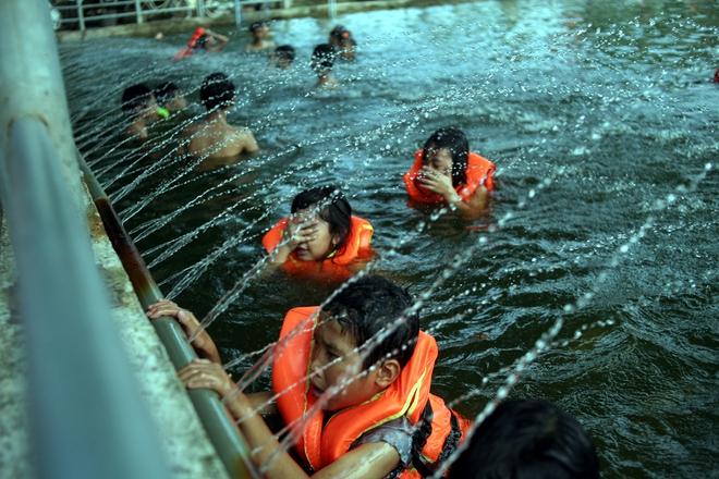 Hà Nội: cả làng cùng hùn tiền cải tạo, biến ao ô nhiễm thành bể bơi miễn phí cho trẻ em - Ảnh 4.